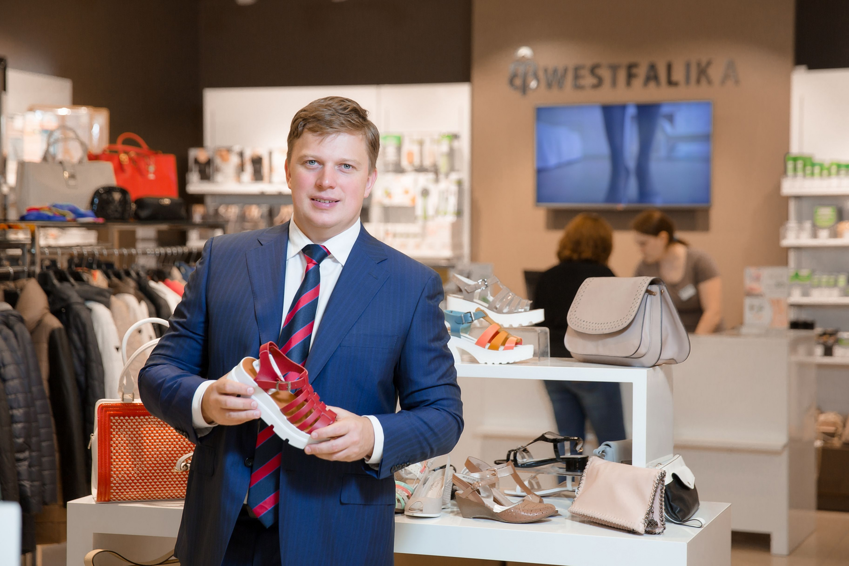 С 2003 года — учредитель и директор группы компаний «Обувь России».